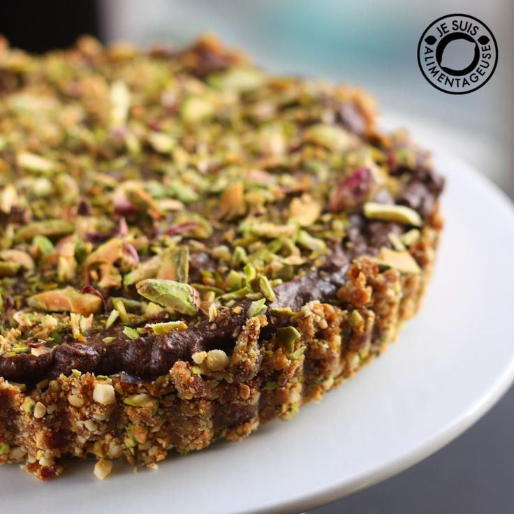 Pistachio Chocolate Cheesecake with Cashew Date Crust from Je Suis Alimentageuse. Rich in vitamins, minerals and healthy fats, this dessert isn't just delicious - it's good for you, too! Vegan, gluten free, refined sugar free and no bake.