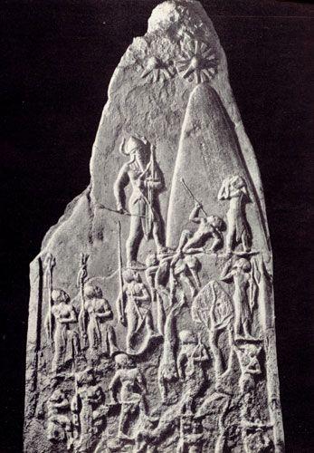 Стела царя Нарам-Суэна с изображением победы царя над луллубеями из Суз. Ок. 2300 г. до н.э. Париж, Лувр