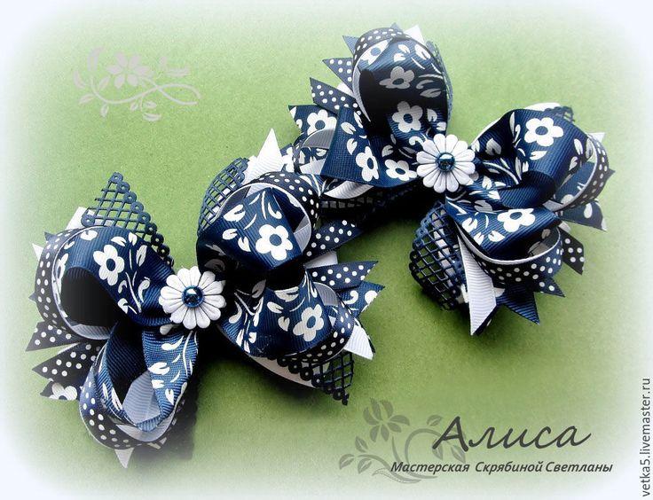 Синие бантики на волосах