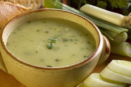 Lekker recept van Jeroen Meus op preisoep te maken met ajuin, prei, aardappel, bouillon en kruiden
