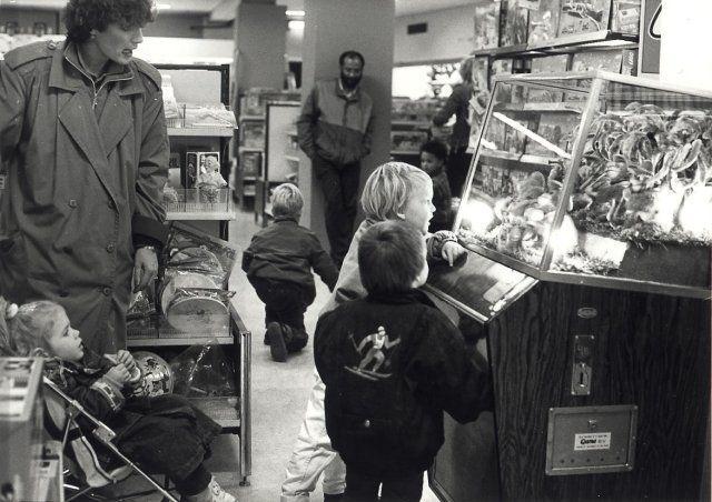 1987: Met open mond kijken grote en kleine mensen naar de muzikale aapjes in de Bimbobox op de speelgoedafdeling van Vroom en Dreesmann aan het Verwulft.