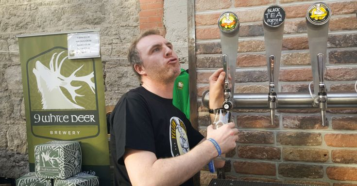El bar Simon Lambert & Sons del condado Weford, Irlanda encontró una manera ingeniosa de vender media pinta con este vaso de cerveza.