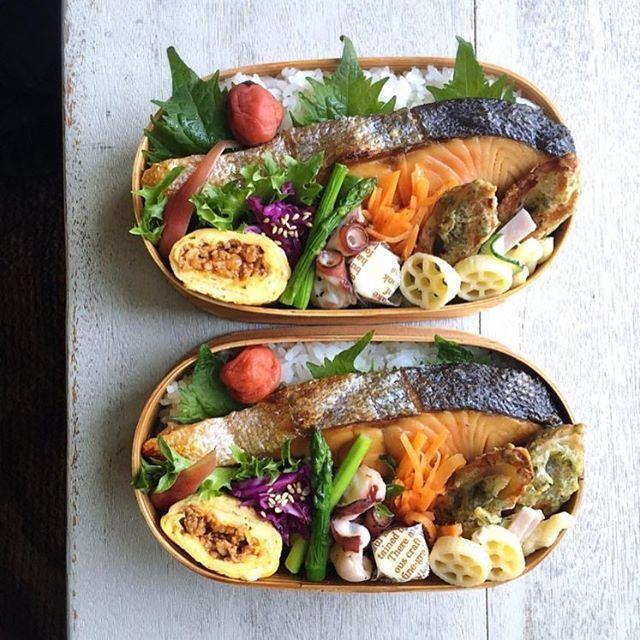 朝・昼・晩、どの時間にでてきても 日本人の心を揺さぶる焼き鮭の魅力が計り知れない。 @coiouiさんのお弁当は、鮭をメインとしながらも 多様なお惣菜で曲げわっぱを彩ります。 味つけに衝突が起こらない和食のおかずは よくばりに盛り付けるのがコツですね。 #regram #locari #ロカリ #locari_kitchen #ロカリキッチン #鮭弁当 #曲げわっぱ #具材たっぷり #繊細な盛り付けに心惹かれる #lunchbox #japanese