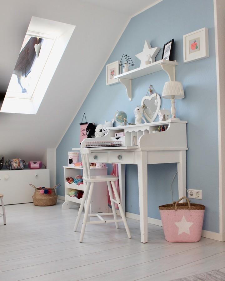 Hellblau ist die perfekte Wandfarbe für das Kinderzimmer! Das klare und beruhigende Blau bildet einerseits einen Kontrast zu fast allen Farben & sorgt anderseits für ein angenehmes Raumklima. So kannst Du entweder mit Wohnaccessoires in Rosa farbige Akzente setzen oder aber mit verschiedenen Grautönen oder Weiß am ruhigen Farbkonzept festhalten! // Kinderzimmer Ideen Wandfarbe Deko Dekoration Bett Einrichten Nursery #Kinderzimmer #KinderzimmerIdeen #KinderzimmerInspiration #Nursery@my_home_today