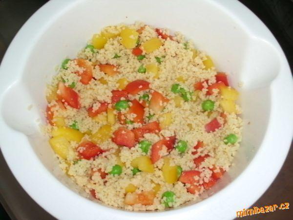 1 Kuskus nasypte do misky a zalijte vroucím vývarem. Zaklopte talířkem a nechte bobtnat. Papriky roz...