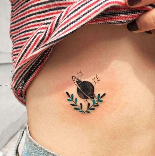 Tatuagens com elementos do espaço