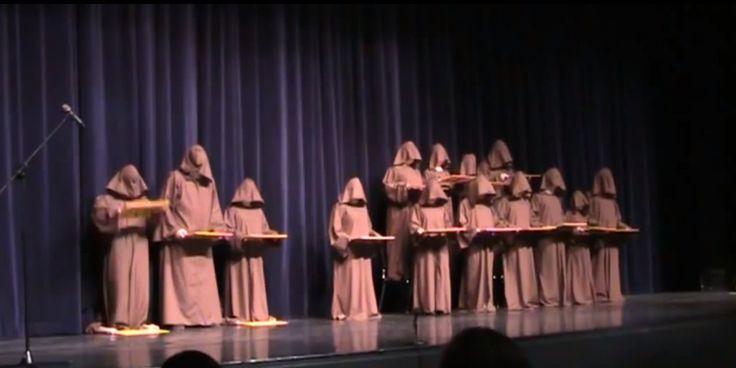 Lo Que Hacen Estos Monjes Con Voto de Silencio Para Interpretar un Coro Te va a Hacer Reír Mucho - eLatinos