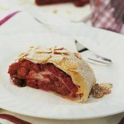 Strudel veloce alle ciliegie e mandorle #ricette #frutta #strudel #ciliegie #dolci
