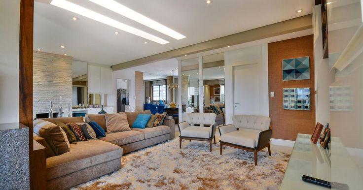 Sala de estar com tapete felpudo e sofá Marrom