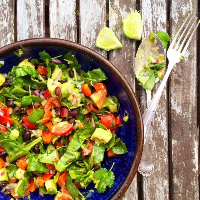 Salsamole-sallad med svarta bönor (vegan)