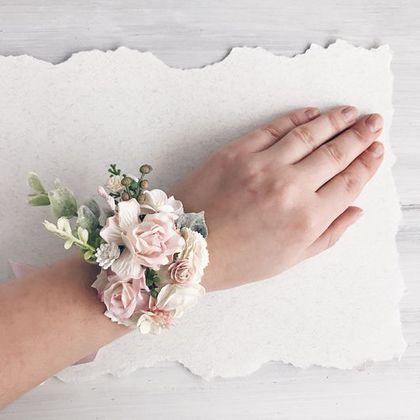 Купить или заказать Браслеты для подружек невесты Flowers в интернет-магазине на Ярмарке Мастеров. Нежные браслеты с цветами, веточками эвкалипта, листиками, бутонами и ягодками. Цвет ленточки может быть нежно-розовым, как на фото, или Айвори. Минимальный заказ - два браслетика. Если браслетик в комплекте к веночку, можно заказать один.