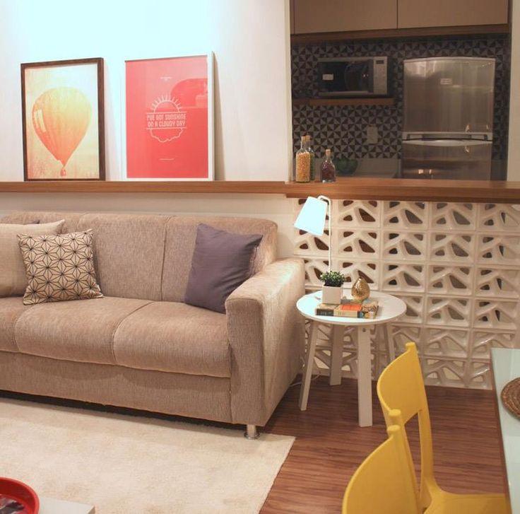 Sala de estar integrada com a cozinha. O charme fica por conta da bancada e dos quadrinhos ♥