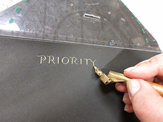 Black envelopes, gold writing. There is nothing as stunning as they are :)  Mustat kirjekuoret ja tekstaus kullalla, eipä oo mitään näin mageeta :)