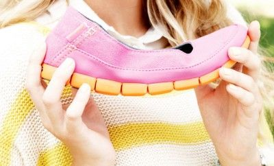 Crocs'un Stretch Sole koleksiyonu, gerek canlı ve parlak renk seçenekleri gerek ise babet ve loafer modelleriyle 2015 İlkbahar/Yaz sezonuna damgasını vuruyor. Stretch Sole serisi tüm ayakkabılar, ayağa tam uyum ve esneme sağlayan Crocs Fit2U TeknolojisiTM ile üretiliyor.
