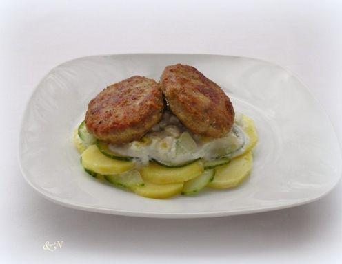 Faschierte Laibchen mit Kartoffel-Gurken-Salat - Rezept - ichkoche.at