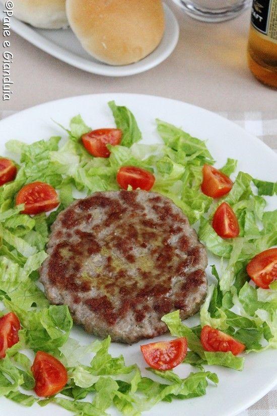 Come fare gli hamburger in casa ed evitare di comprarli già pronti? E' veramente semplice e se non si ha una macelleria di fiducia, che non bari sulla q