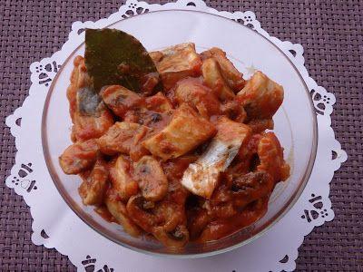 Monia miesza i gotuje: Śledzie w pomidorach z pieczarkami
