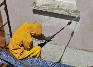 De buitenmuren moeten goed worden schoongemaakt, en de oude verf moet verwijderd worden voordat u de nieuwe muurverf gaat aanbrengen.