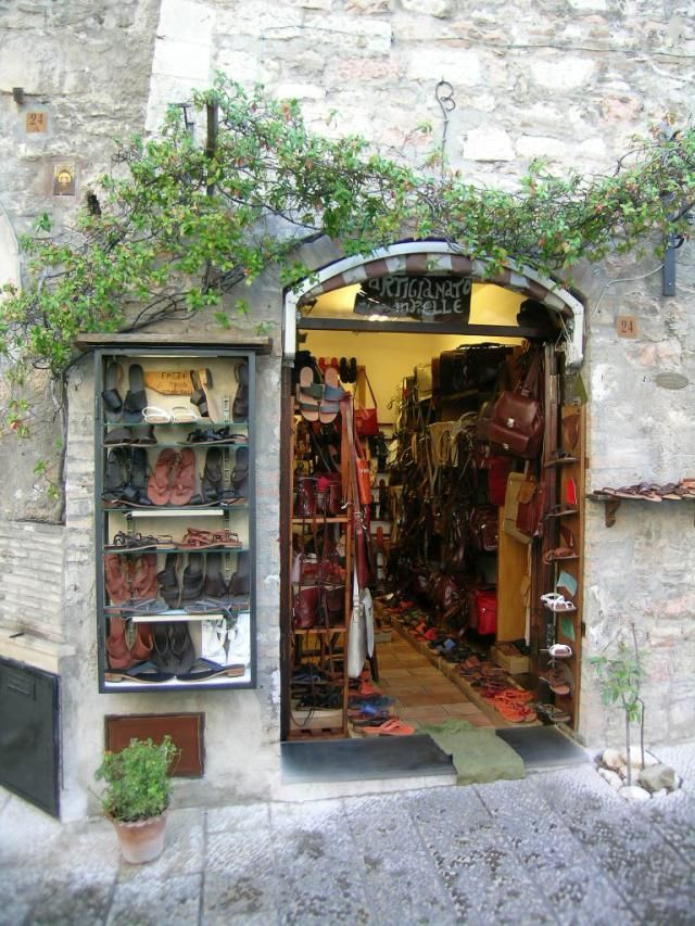 Find out where to shop and what to buy in Italian cities and towns. Use this guide to shopping in Italy on your travels.