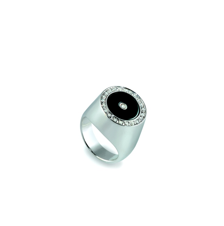 Chevalier - pinky finger ring 750% gold, onyx and diamonds. High model.  Chevalier - anello da mignolo in oro 750%, onice e diamanti. Modello alto. www.mumatigioielli.it