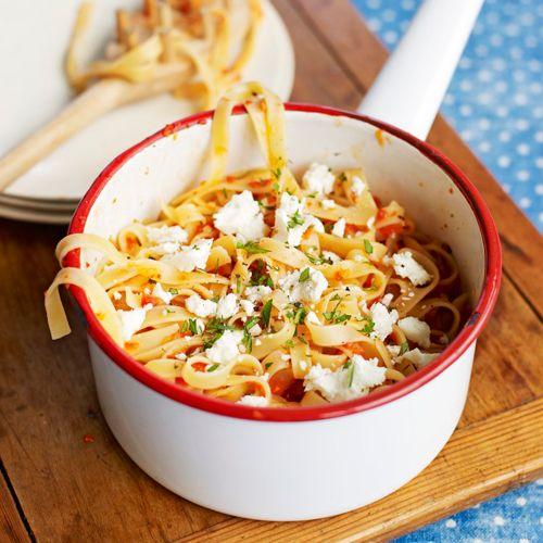 De combinatie van paprika, oregano en feta doet ons watertanden. Deze simpele pasta staat in een mum van tijd op tafel en is ideaal wanneer je voor een grotere groep kookt. Serveer met een lekker stukje vlees en een simpele groene salade.    1....
