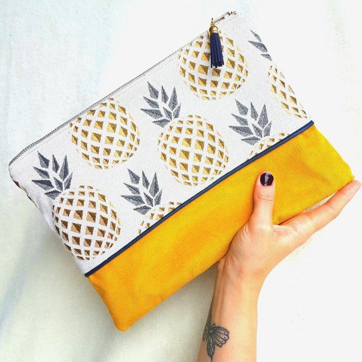 Elle est de retour!! La Maxi pochette Swetty parée de son beau jacquard Ananas et velours moutarde. Une petite beauté à avoir sous son bras !