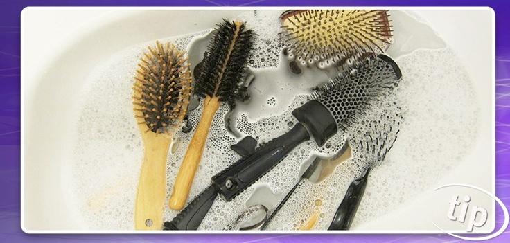 Was je haarborstel(s) regelmatig! Je wil toch niet dat de viezigheid die je uit je haar kamt, er later weer inkomt? Wassen doe je gemakkelijk door ze te weken in warm water met een scheutje milde shampoo. Leuk klusje voor in het weekend :)