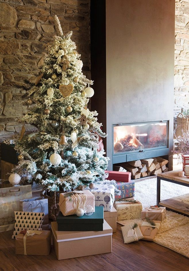 Этот старый дом в Pyrenees Mountains, Франция, украшен на рождественские праздники в  скандинавском духе, который пронизывает каждый его уголок. Владельцы превратили эту резиденцию 18-го века в свой особняк после тщательной реконструкции. Старый дом не имел ни электричества, ни водопровода, на первом этаже располагались конюшни. С помощью архитекторов Ferran Vila Barceló и Ferran Vila Franch французский дом был восстановлен и модернизирован для комфортного и уютного проживания владельцев.