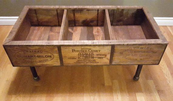 BOÎTE À VIN CAFÉ TABLE  Vin Table basse boite - j'ai créé de trois boîtes à vin structurés pour gérer beaucoup durrablity. Le dessus est fait avec du bois de palette haut de gamme, et les jambes sont de tubes en acier noir.  Celui-ci d'une table basse unique sera une pièce maîtresse de mettre en valeur dans votre maison. Un chaud chic look rustique, juste ce que vous avez été cherchez!  La dimension sont de 39 pouces de long 20 pouces de largeur 18 pouces de hauteur  Cette pièce a été…
