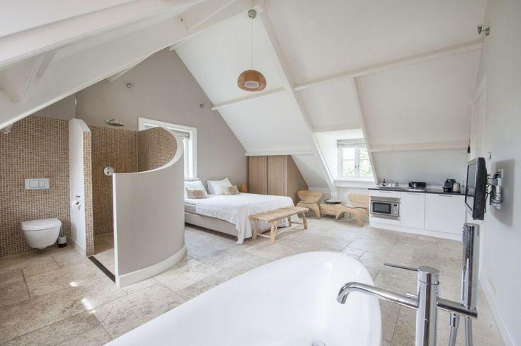 Sfeervol overnachten in een rustgevende omgeving. De kamers van de bijzondere bed and breakfast Villa Oldenhoff zijn van alle gemakken voorzien.