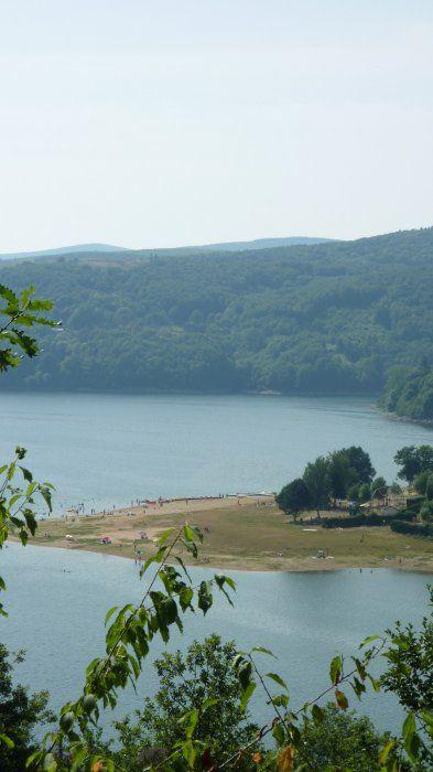 Zwemmen, surfen, zeilen, waterfietsen, vissen...of gewoon pootje baden in het stuwmeer van Laouzas.
