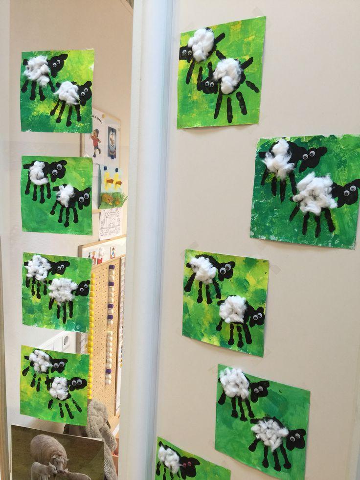 Met de kleuters schaapjes gemaakt van hun handafdrukken! ☺️