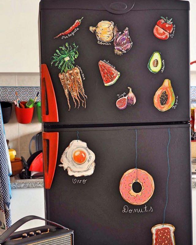 Tinta ardósia e caneta posta sobre frigorifico.   Ink slate and pen posca on fridge Fridge decoration.  Rita Ravasco