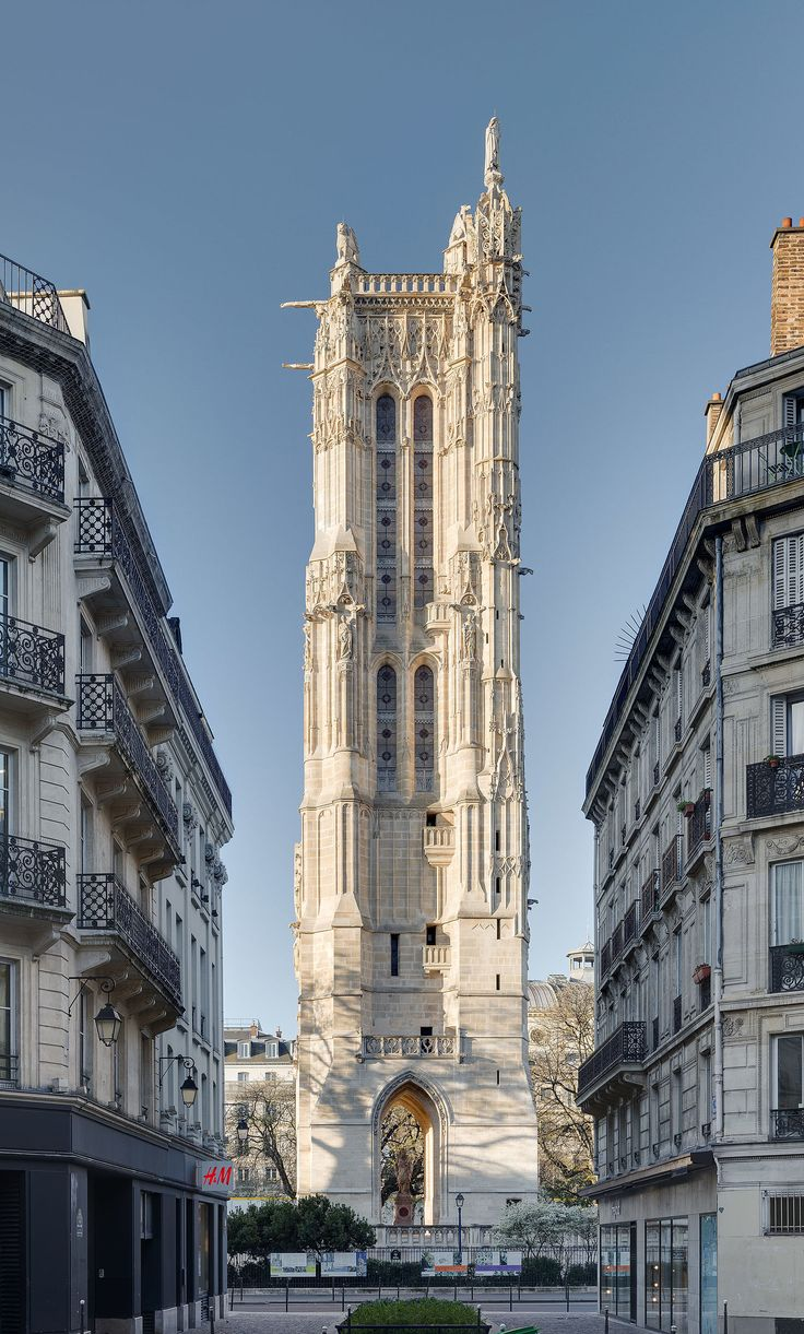 Tour Saint-Jacques, au lever du soleil, depuis la rue Nicolas Flamel, à Paris, France.