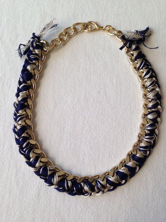 Collana catena oro e fili cotone blu e metallici di BtheStrange, €45.00