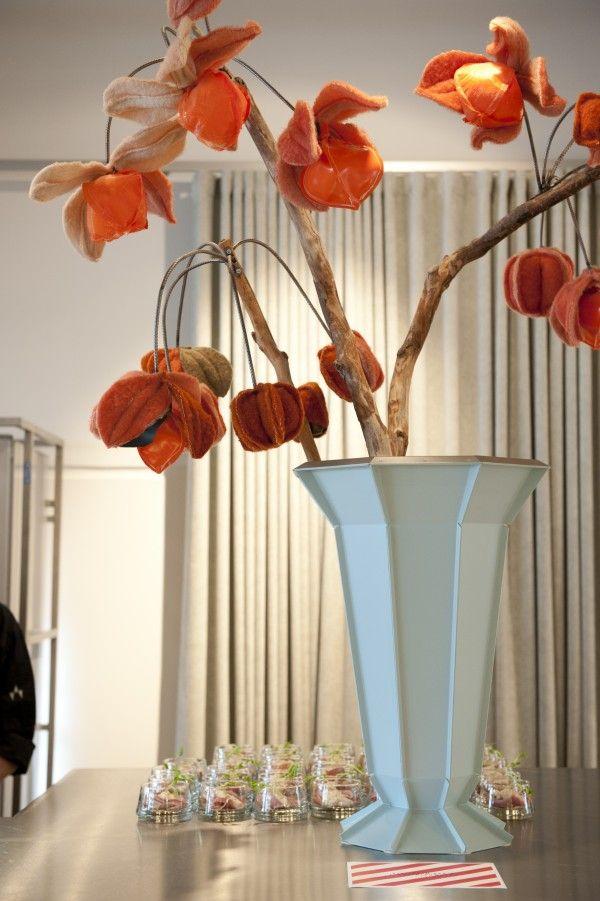 Vilten bloemen van Linda Nieuwstad in een vaas van Piet Hein Eek. Foto: Nienke Zondervan