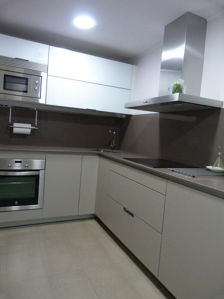 Reforma cocina muebles santos modelo minos en gris for Muebles altos de cocina