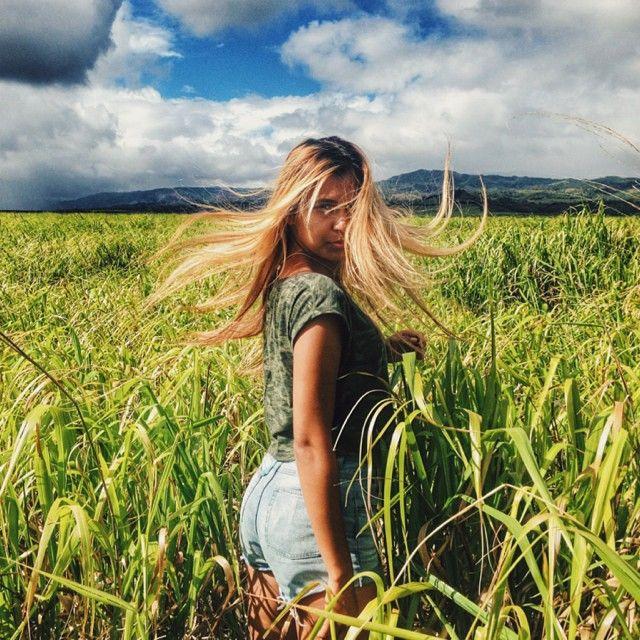 Жандаушка ты моя Жандау .. Косы свои русые растрепала , по коже своей шоколадной, диву дается , на природу наглядятся не может 😋😋😋 #поле #кауаи #гавайи #travel #traveler #vscocam #vsco