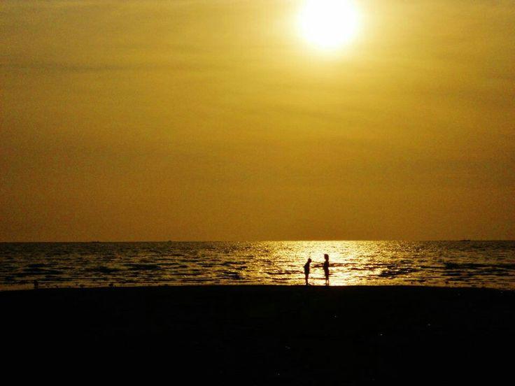 Sihouette. Sunset. Romantic. Seashore. Couple.