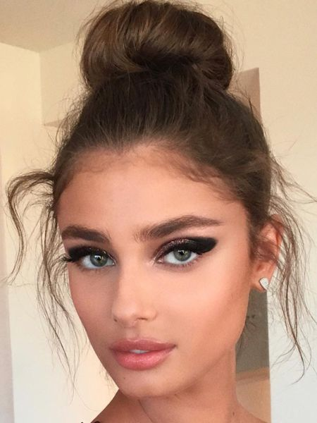 Makeup artist Hung Vanngo is also responsible for Victoria's Secret model Taylor Hill's beauty look. The winged black smoky eye is something we'll definitely be trying soon. So dramatic and super pretty.