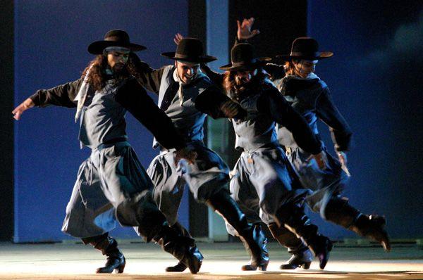 Malambo , Zapateo Grupal argentino / The dancers show off their skills in coordinated 'Malambo Dance'