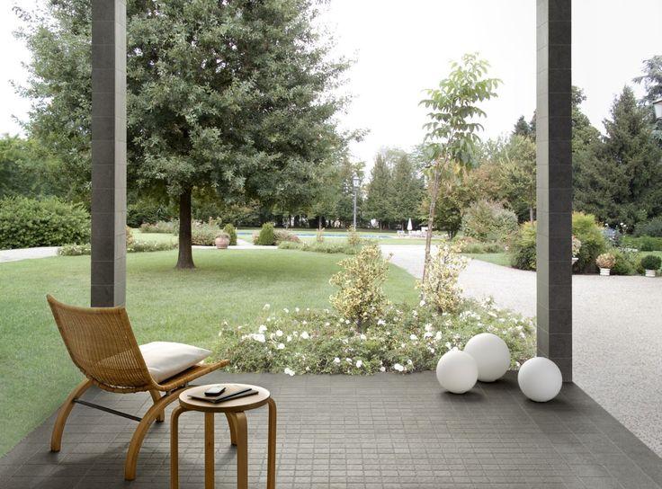 #Porcelanatos #pisos y #recubrimientos Una selección de piedras para exteriores en formato pequeño//