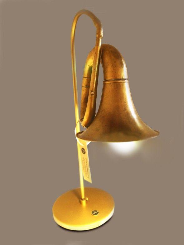 Lámpara elaborada con una corneta reciclada