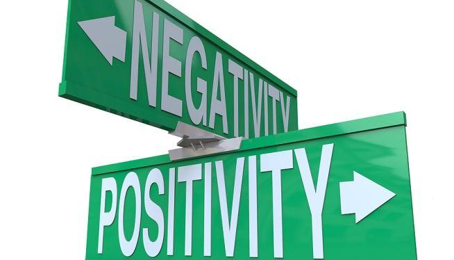 Para tener una actitud positiva elimina los pensamientos de inseguridad, miedo y frustración. El principal enemigo a vencer eres tú mismo. Recuerda que una actitud mental negativa, en cambio, te paraliza, te lleva a culpar a otros y te convierte en víctima de las circunstancias.