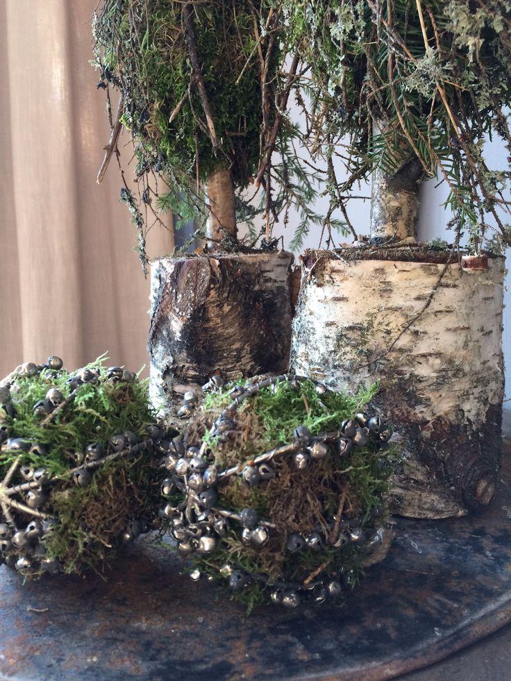 Kerstballen met belletjes opgevuld met mos