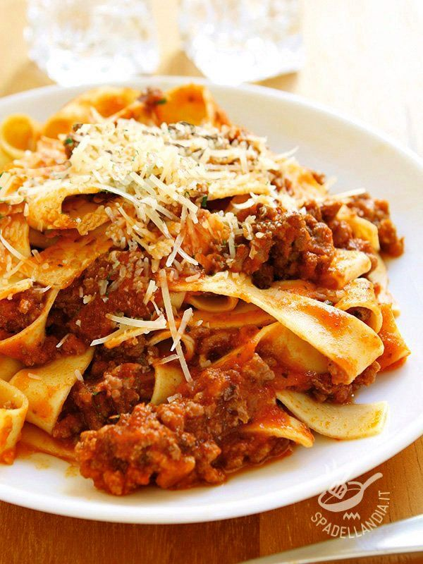 Pappardelle con salsiccia e funghi: ecco un primo piatto veramente da buongustai che amano i sapori semplici della tavola. Imperdibile e indimenticabile!