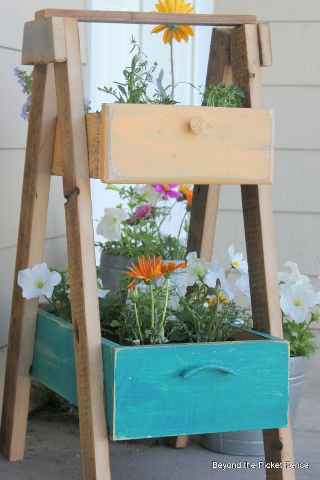 Make this terrific tiered planter from repurposed drawers & reclaimed lumber.
