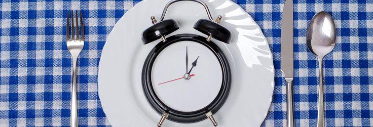 """""""Já reparou em quanto tempo você leva para fazer sua refeição?  Por mais irrelevante que pareça, a duração das refeições pode ser sua aliada na manutenção do peso e da ingestão de calorias.""""  Artigo completo em: http://bodyrock.fitness/ciencia-do-corpo/comer-devagar-emagrece"""