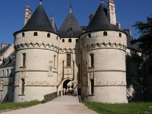 Chateau de Chaumont sur Loire L'hiver lle jardin est sous la neige, la lumière sur la Loire est bleue et dans les salles du château résonne l'écho des fêtes et banquets qui, de Catherine de Médicis à la Princesse de Broglie ont enchanté artistes, intellectuels et têtes couronnées. Pour s'imprégner de la puissance évocatrice de lieu de fête, rien ne vaut un guide. - See more at: http://maisondebroglie.com/chateau-de-chaumont-sur-loire/#sthash.idrGZa5K.dpuf