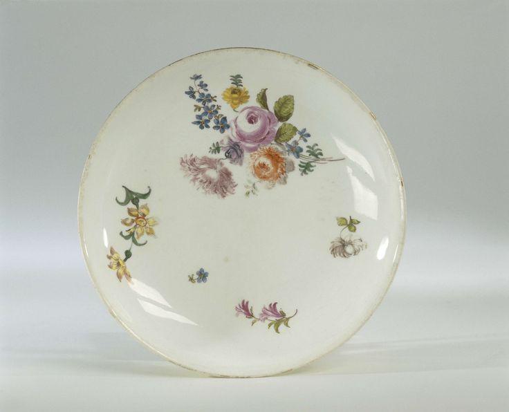 Meissener Porzellan Manufaktur | Schotel, veelkleurig beschilderd met bloemboeketten, Meissener Porzellan Manufaktur, c. 1750 | Ronde schotel van beschilderd porselein. De schotel is beschilderd met een bloemboeket en strooibloemen. De achterkant is bedekt met een gele fond. De schotel is gemerkt.